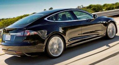 Csúcsok, élek kerültek a korábban lekerekített részletekkel rendelkező formára. Egyre közelebb a sorozatgyártáshoz a Tesla Model S Alpha