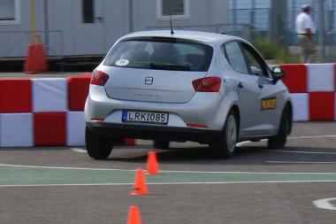 Kisebb oldaldőléssel jobban kontrollálható a jó lengéscsillapítókkal rendelkező autó - már 40 km/órás sebességnél is