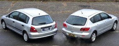 A design is elárulja, hogy a Mazda3-as (2003-2008) fiatalabb generáció, mint a Honda (2001-2005)