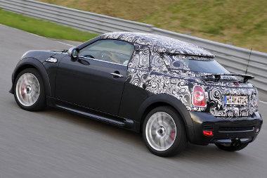 Szeptemberben láthatjuk majd álca nélkül a Mini Coupé-t. A Roadster jövőre jön