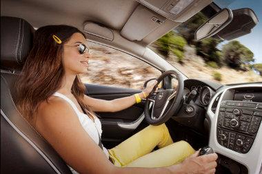 Jobban vezethető az Astra GTC a széria HiPerStrut első felfüggesztéssel. A tengelytáv 10 mm-rel nő az ötajtóshoz/kombihoz képest a hosszabb hátsó lengőkarok miatt