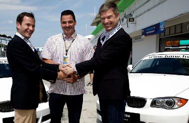 Paul de Courtois a BMW Magyarország új vezérigazgatója, Gyulay Zsolt és Henning Putzke, a BMW Magyarország most távozó vezérigazgatója a két BMW 135i átadásán