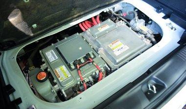 A motor a csomagtér alatt