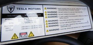 Rengeteg dolgot lehet elrontani a töltés során, ha a Tesla töltőkábelen lévő figyelmeztetéseket nézzük