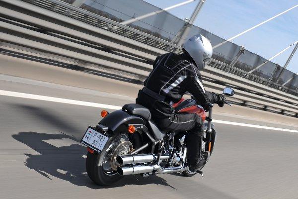 A motor ékességei közé tartozik a kipufogó és a két hátsó lámpa