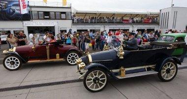 A bordó a 100 éves, a kék a 99 éves Opel. Lábon mennek Rüsselsheimbe