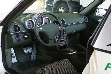 Három, felirat nélküli nyomógomb a váltókar helyén, és a fordulatszámmérő helyett a sebességmérő van középen
