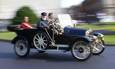 Két tiszteltkör a Clark Ádám téren, majd Észak felé elindultak több, mint ezer kilométeres útjukra a veterán Opelek