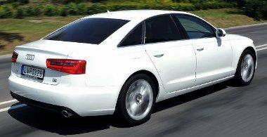 Vetélytársainál könnyebb az Audi, de az 1,8 tonnát azért érezni a kanyarokban