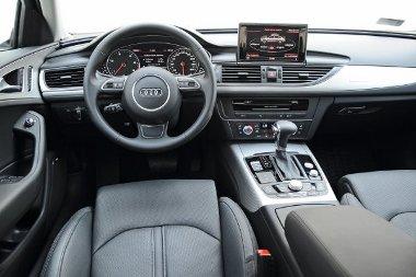 High-tech vezetési környezet: jó, hogy figyelmeztet a balesetveszélyre, mert a sofőrnek van mivel játszania