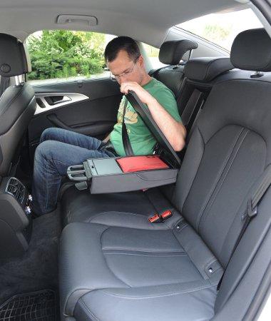 Nagyon drága, de kényelmes a fűthető-hűthető, elektromosan állítható comb- és oldaltámaszokkal ellátott bőrfotel. Ez még nem a sofőrös limuzinok kategóriája: az ülőlap lehetne hosszabb is