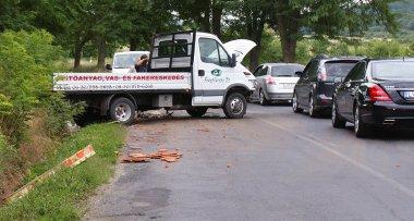 Hatalmas csörömpöléssel járt, amikor a kát raklap cserép lerepült a teherautóról