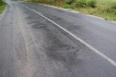 A fekete folt csak kátrány. Az út világos, szélső része is úgy csúszott, mintha jeges lett volna