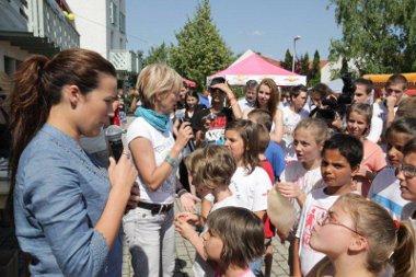 Számos színes programmal tették emlékezetessé a gyermekeknek a Chevrolet Captiva átadást a kőszegi SOS Gyermekfaluban