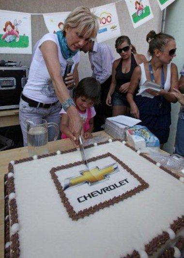 Természetesen volt születésnapi torta is, az ünnepelttől a gyermekeknek