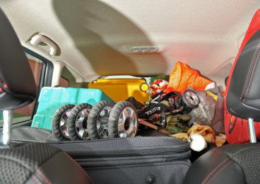 Fontos a poggyászok biztonságos elhelyezése - a képen a rossz példa látható