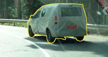 Csak egy oldalon van tolóajtó, a kipufogó utólagosnak tűnik, a Kangoon függőlegesen áll a hátsó ablaktörlő - ez lenne a Dacia egyterű?