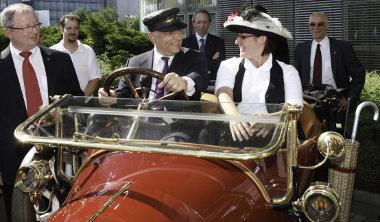 Orbán Viktor kipróbálta az épp Rüsselsheimben tartózkodó, 100 éves magyar tulajdonban lévő Opel Torpedo-t. Az állami hivatalok ugyanezt teszik majd az Opel Amperával