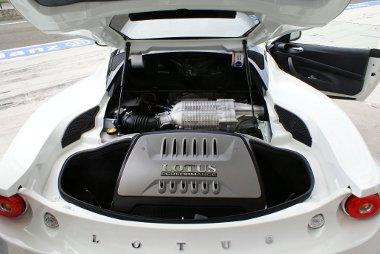 Anthony Colin Bruce Chapman forogna a sírjában, ha tudná, milyen nehéz motortakaróval borították a 3,5 literes, kompresszoros V6-os Toyota blokkot