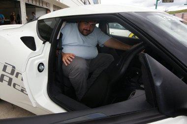 Finoman szólva használhatatlan a hátsó ülés, a fejtér helyén egy keresztmerevítő húzódik. Könnyen eltávolítható, a padlószőnyeghez hasonlóan tépőzár rögzíti