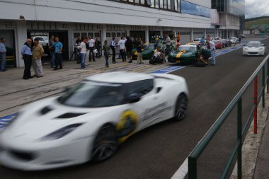 A GT4-es versenyautót is lehet vezetni a Lotus Driving Academy keretében, igaz, ennek ára háromszorosa a legdrágább képzésnek