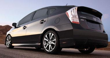Spoilerkészlet, szélesebb nyomtáv - ettől tartják hivatalos helyen sportosnak a Toyota hibridet