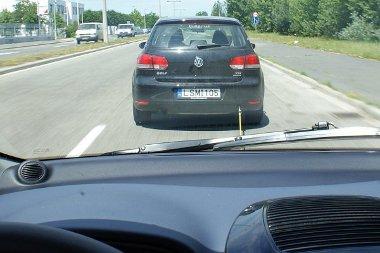 Hiába a turbómotor, a Golf nagyon szenvedett a Peugeot iOn vontatásával