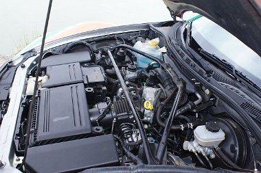 Nagyon elbújt az ünnepelt Wankel motor, ki se látszik a generátor alól