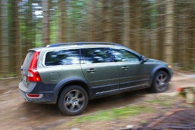 Nyoma se marad a Volvo XC70-nek a göteborgi erdőben - még a gödrökbe szórt bazalt zuzalékot is nyom nélkül lehet majd tünteni a menetpróba után