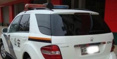 Valamelyik rendőri vezető biztos komolyan gondolta, hogy elég lesz Honda CR-V-nek álcázni a Mercedes ML-t