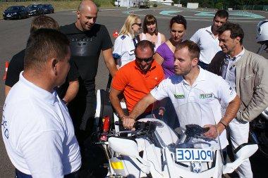 Még Talmácsi Gábor is tanult valamit a motoros rendőrtől - a gázkar végére szerelt műanyag lap segít gázt adni