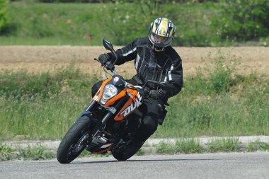 Igazi örömmotor a KTM szupermotója, futóműve és fékje a nagyobb testvért is bőven kiszolgálja majd