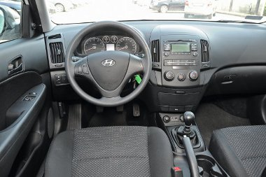 Egyszerű és gusztusos a Hyundai műszerfala, az MP3-lejátszós CD-rádióhoz széria az USB- és AUX-csatlakozó