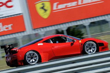Gyengébb az utcai változatnál az amerikai Grand Am széria szabályainak megfelelő Ferrari 458 Italia versenyautó