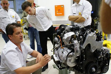 Előző este, éjjel fél 11-kor érkezett meg az 1,6-os dízelmotor Csehországból - a Renault Hungária dolgozói is érdeklődéssel figyelték az újdonságot
