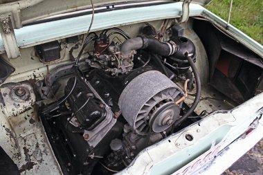 Az 1196 cm3-es, léghűtésű V4-es 45 lóerős. Megelégedett a 86-os benzinnel