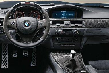 Tökéletes versenyhangulat: a sebességfokozatot és a fordulatszámot is mutatja a volán
