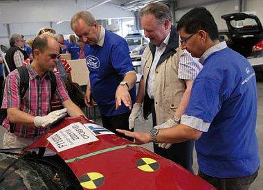 Törött autót is végigtapogathattak a Ford látogatói - megfelelő kesztyű óvott a sérülésektől