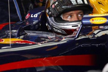 Vettel tanácstalan, ő mindent úgy csinál, mint eddig, de a többi élmenő immár gyorsabb nála