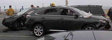 Szabadidő-autó szabadidő-autó hátán a tömeges karambolban, bal oldalon az új Honda CR-V orra