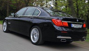 """Az első kerékjárat mögötti xDrive felirat jelzi, hogy ez a BMW """"összkerekes"""". Hatásosak az integrált kipufogóvégek"""
