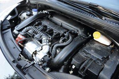 A motorhoz ugyan nem sok közük van, de a szelepfedélen ott feszít a Citroën Racing jelzése. Papíron jobban fogyaszt, mint a THP 155-ös