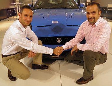 Edward Du Guard (balra), a Jaguar Land Rover csoport Regional managere, valamint Matkó Zoltán (jobbra), az British Automotive Hungary Kft. ügyvezető igazgatója ráz kezet a Jaguar XKR-S előtt