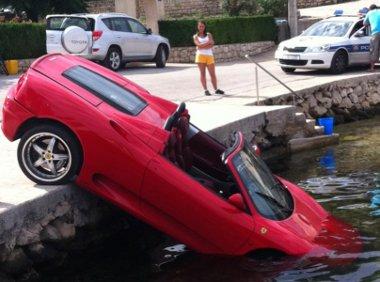 Elromlott fékekre hivatkozott a ljubljanai kisteherautó sofőrje, aki a tengerbe lökte a szabályosan leparkolt Ferrarit Hovátországban