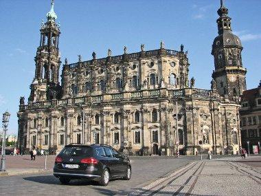 Drezda főterén, a nagy bombázás után részben eredeti kövekből újjáépített Frauenkirche előtt