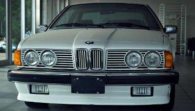 Gyakorlatilag gyári új állapotában lévő BMW 635 CSi porosodik a szalonban egy 5-ös társaságában