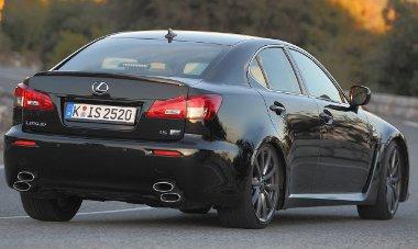 Jól vezethető maradt a Lexus IS-F, de állítólag sokkal komfortosabb lett a futómű
