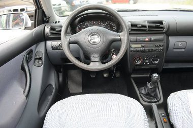 A VW-konszern egyenelemeiből építkezik a Leon műszerfala, a kormány és a váltófej hamar kifényesedik