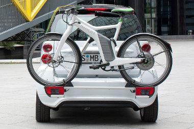 Jól néz ki a kombináció - csak épp szabálytalan. A biciklitartó takarja a rendszámot...