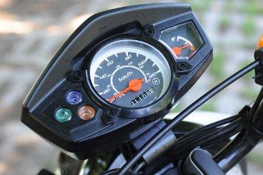 Csak a legfontosabbak: sebességmérő, benzinszintjelző és néhány kontroll-lámpa
